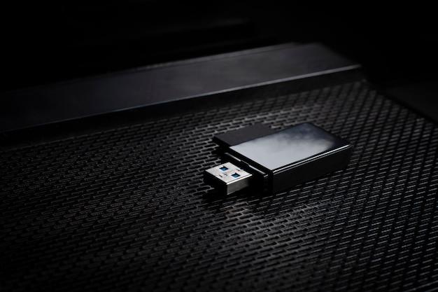 Unidade flash usb e cartão de memória acima do computador. coloque na mesa de escritório / foco seletivo