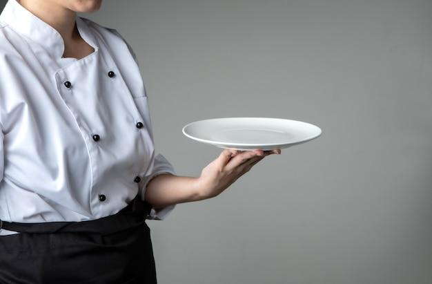Uniforme de chef com prato vazio branco - presente promoção de restaurante
