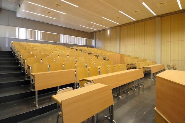 Universidade de classe com excelente e vazia, com mesas de madeira