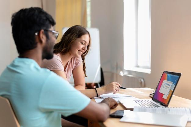 Universitária e universitária estudando juntos