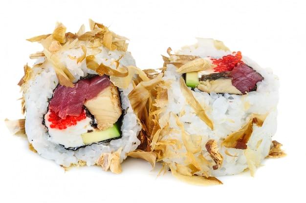 Uramaki maki sushi, dois rolos isolados no branco