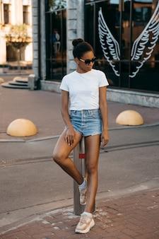 Urbana afro americana mulher andando na praça da cidade