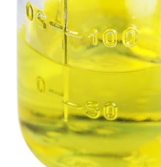 Urinálise em um frasco de vidro transparente em branco
