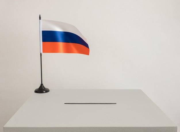 Urna com a bandeira nacional da rússia. eleições presidenciais em 2018