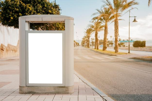 Urna de concreto com cartaz branco