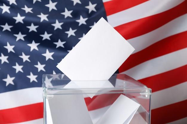 Urna de voto com boletins na bandeira americana
