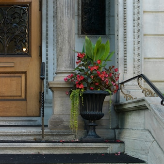 Urna decorativa fora de um edifício, golden square mile, montreal, quebec, canadá