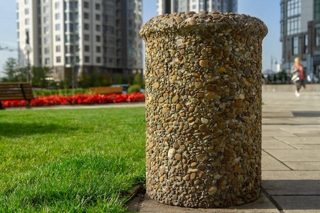 Urna para lixo, colada com pedras lisas. lixo lixo de rua da cidade incomum.