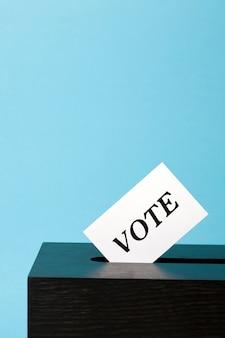 Urnas com papel de voto no buraco
