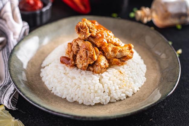 Urry arroz carne frango especiarias molho de tomate refeição lanche na mesa cópia espaço fundo de alimentos