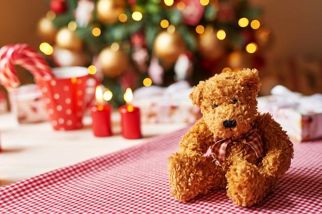 Ursinho de pelúcia brinquedo de natal com árvore de natal