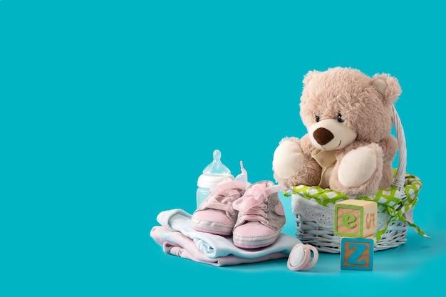 Ursinho de pelúcia, chupeta, mamadeira e sapatos