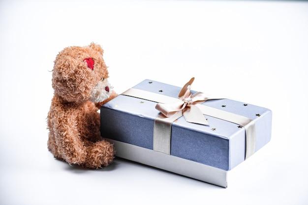 Ursinho de pelúcia com caixa de presente