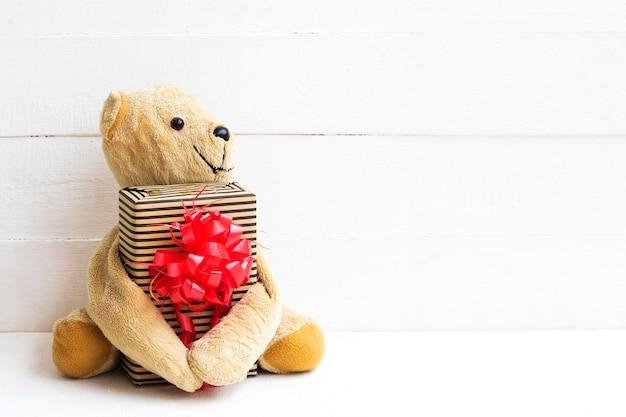 Ursinho de pelúcia com decoração de presente estilo cartão postal