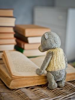 Ursinho de pelúcia lendo livro na biblioteca