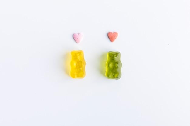 Ursinhos românticos com corações na cabeça em fundo branco