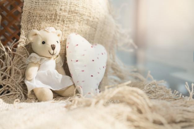 Urso bonito dos namorados com coração branco. fundo do conceito do dia dos namorados.