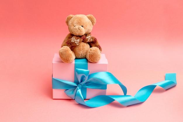Urso dá flores para um feriado