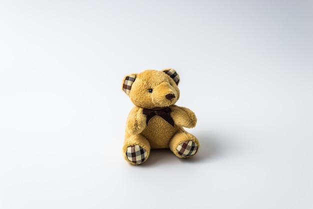 Urso de brinquedo de pelúcia isolado no fundo branco