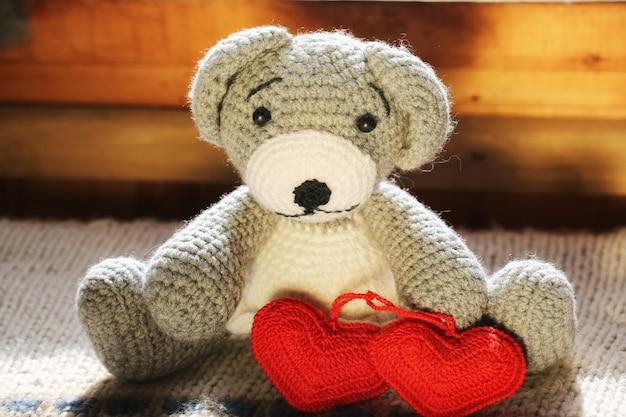 Urso de malha brinquedo feito à mão um par corações retro vintage