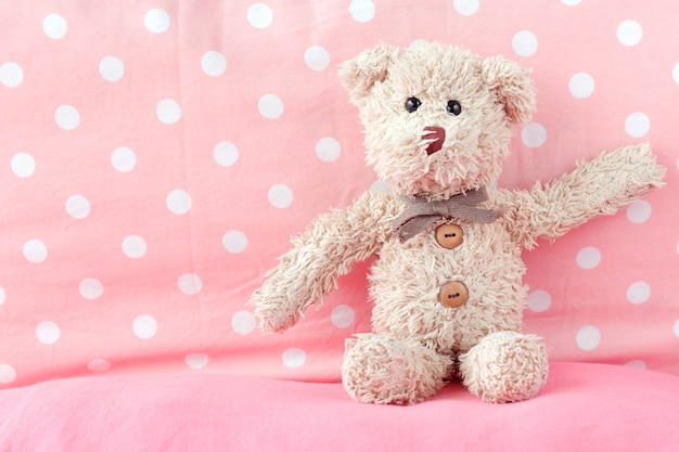 Urso de peluche bonito brincalhão com tecido, conceito feliz da sensação