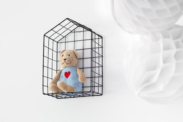 Urso de peluche em uma gaiola