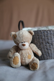 Urso de pelúcia adorável macio com cesta e bokeh. foto de alta qualidade