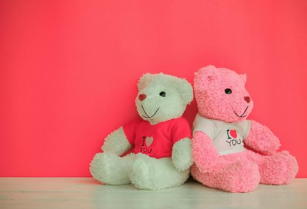 Urso de pelúcia branco e rosa
