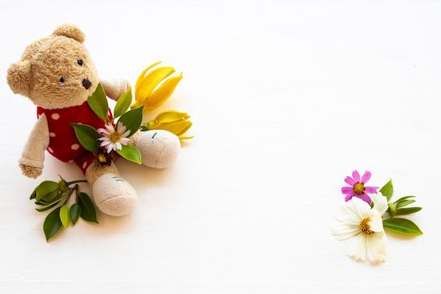 Urso de pelúcia com arranjo de flores coloridas em estilo de cartão postal