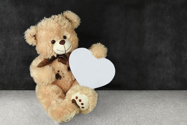 Urso de pelúcia com corações vermelhos lhe deseja um feliz dia dos namorados