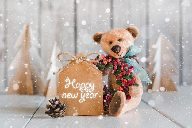 Urso de pelúcia com formulários em branco para parabéns