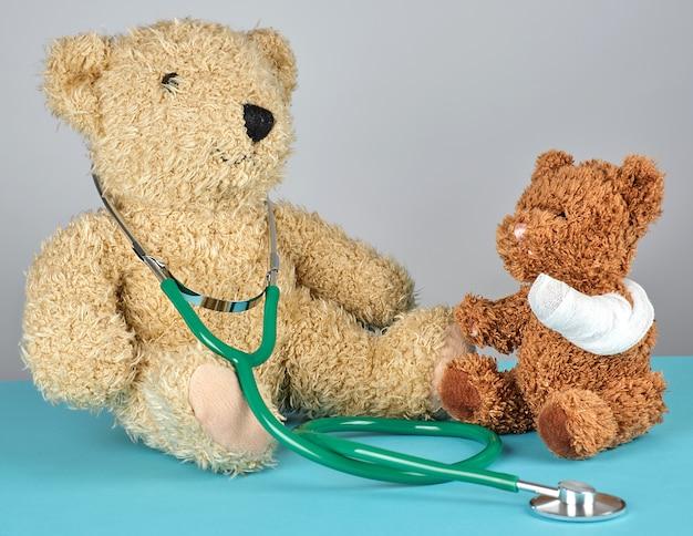 Urso de pelúcia com pata enfaixada e estetoscópio