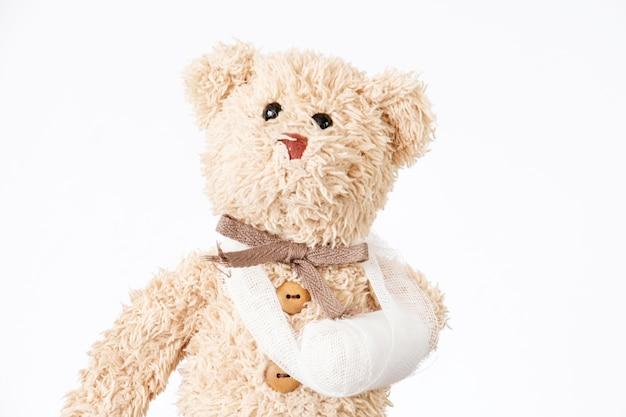Urso de pelúcia com trauma do braço enfaixado
