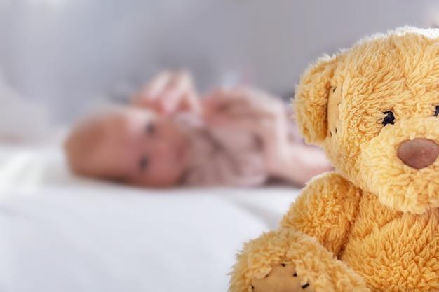 Urso de pelúcia de crianças recém-nascidas abandonadas, close-up
