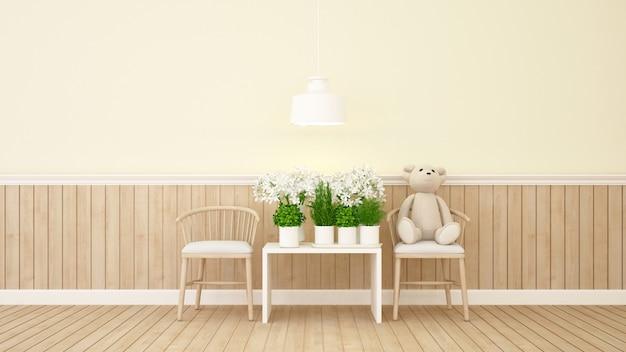 Urso de pelúcia e flor no quarto amarelo