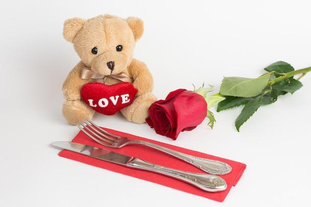 Urso de pelúcia e rosa para dia dos namorados