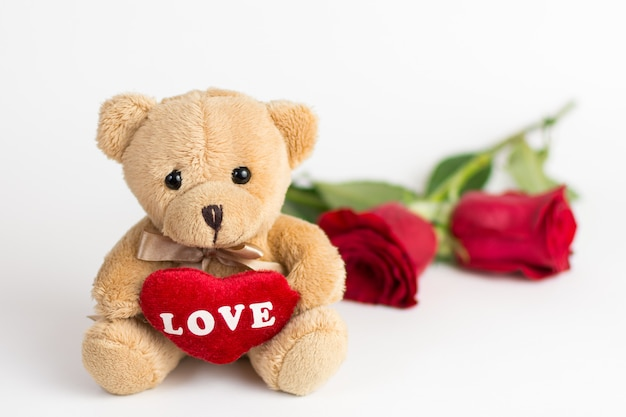 Urso de pelúcia e rosas para dia dos namorados