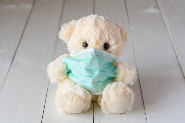 Urso de pelúcia infantil em uma máscara médica