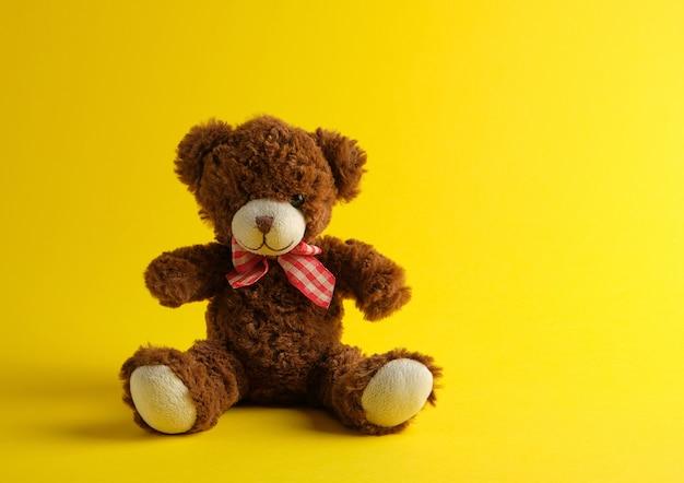 Urso de pelúcia marrom sentado