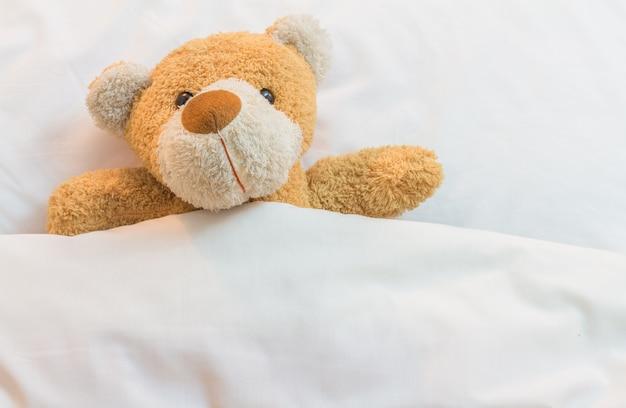 Urso de pelúcia na cama.