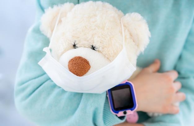 Urso de pelúcia na máscara médica