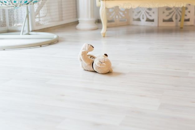 Urso de pelúcia no conceito de brinquedo no chão