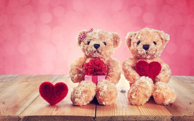 Urso de pelúcia segurando um coração em forma