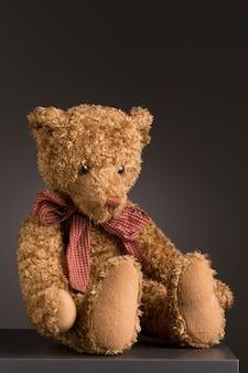 Urso de pelúcia sentado com gravata borboleta