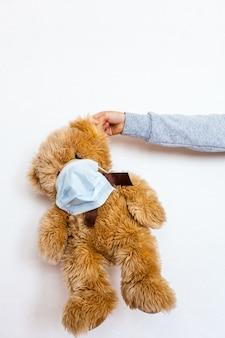 Urso doente, infecção, vírus, coronavírus, 2019-ncov, urso de brinquedo doente, vírus e máscara de resfriado, tratamento de brinquedos e pessoas, epidemia