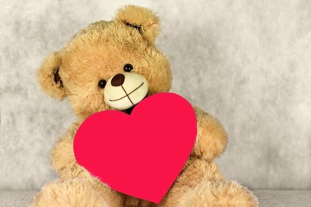 Urso teddy com um coração te ama