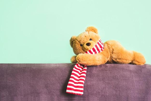 Urso teddy. o brinquedo macio encontra-se sobre um fundo verde.