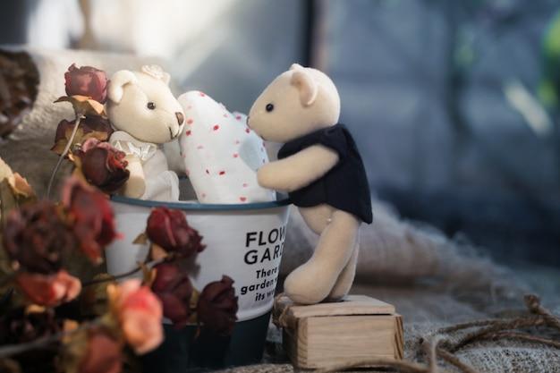 Ursos bonitos dos namorados com coração branco no balde de alumínio. conceito de dia dos namorados