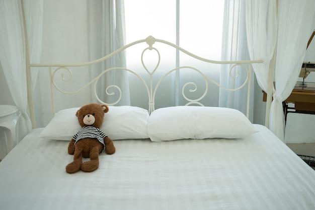 Ursos de peluche bonitos na sala branca.