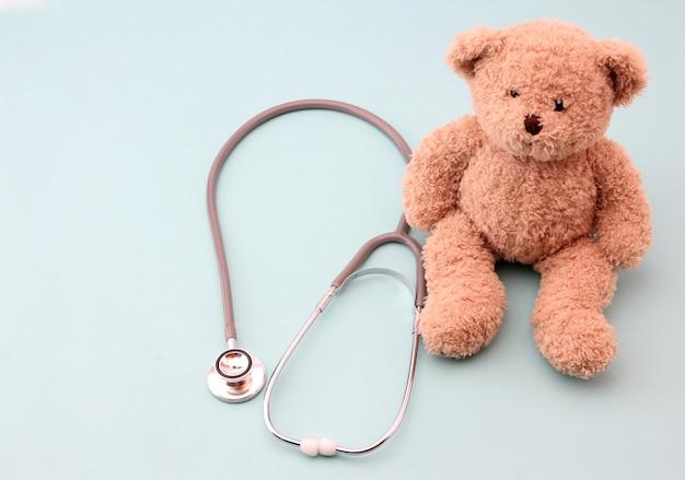 Ursos de pelúcia e equipamentos médicos em azul